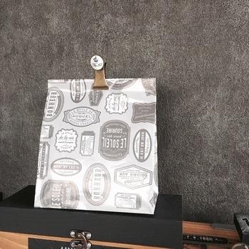 お気に入りの柄のラッピングペーパーで袋を手作りしてしまうという手も。ステンレスパンチやクリップなどで無造作に封をするというのもおしゃれです。