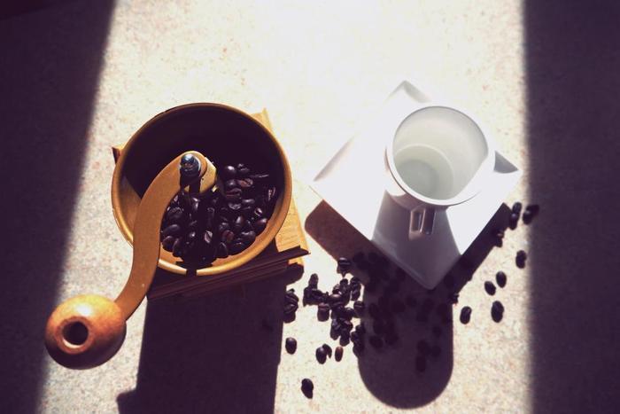 「ヒュッゲ」の生まれた国デンマークでは、少人数で集まることを好み、一人一人とのつながりを大切にします。そんなときに欠かせないのが、丁寧に淹れたコーヒー。日本でもコーヒーショップをいたる所で目にするようになったように、ホッと一息つく時間に欠かせないアイテムですよね。道具や豆にこだわり、丁寧にコーヒーを淹れる時間もまた「ヒュッゲ」なものになります。