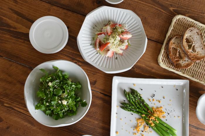 和洋中どんな料理にも馴染み、日常的にも使い勝手の良い『白磁』の器。 白磁特有の上品で艶やかな「白」が料理を引き立て、毎日の食卓を明るくおしゃれに彩ります。 今回は白磁の歴史や特徴をはじめ、美しさと使いやすさの両方を兼ね備えた魅力的な作品をご紹介します。