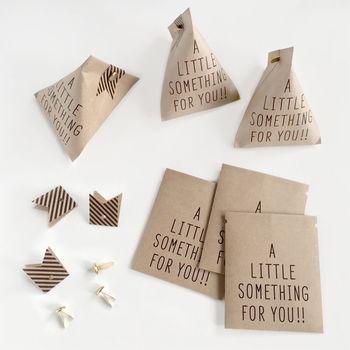 そのまま袋にしても、テトラバッグのように三角にしても使えるラッピングセット。付属のストライプの帯がとってもおしゃれ。色はクラフトの他にホワイトもあります。一口サイズのお菓子を入れたり、カジュアルなプレゼントにいかがでしょうか?