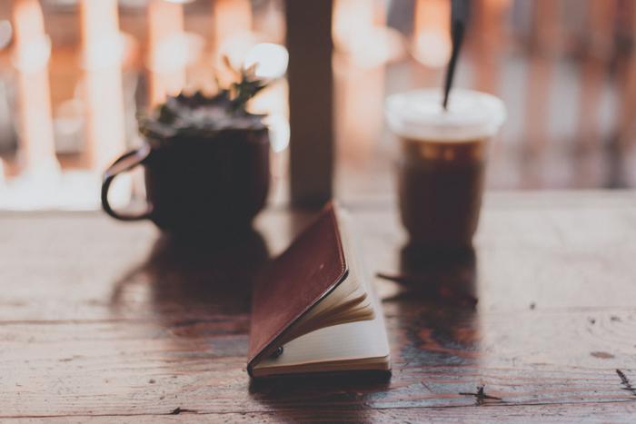 「ヒュッゲ」は自分自身を見つめなおすきっかけを与えてくれます。自分にとって本当に大切なものは何か、心地よくリラックスできることは何か。日頃から読書で豊かな心を育めば、その選択肢も広がるでしょう。読書はひとりで楽しむ「ヒュッゲ」にももってこいです。無限に広がる本の世界で、思い思いの満ち足りた時間をすごすことができます。