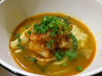 レトルトのスンドゥブチゲスープの素を使った簡単レシピ。香味付けににらを足してひと工夫。