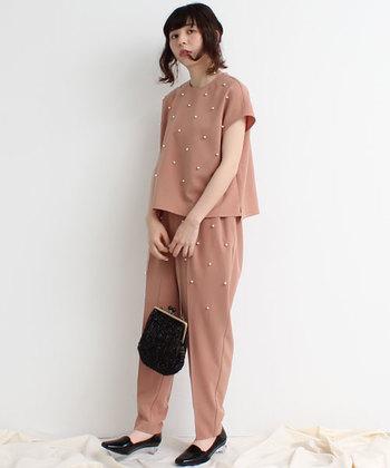 ピンクベージュのセットアップスタイルは、前面にパールが施されているのが特徴的。小物は黒でまとめて、色味で子どもっぽくならないような着こなしにまとめています。