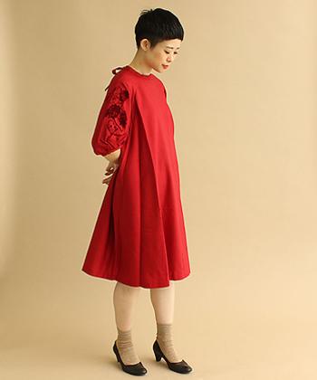 シンプルデザインのワンピースもインフォーマルのドレスコードではOKなので、真っ赤な装いでカジュアルフォーマルに挑戦してみるのも良いですね。真っ赤な印象が強すぎると感じる場合は、ジャケットなどを羽織ってきちんと感をプラスするのもありです。