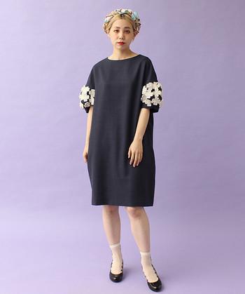ネイビーのパフスリーブワンピースは、袖口に大胆にあしらったフラワーモチーフが目を惹くワンピース。洋服自体はシンプルなので、ちょっとしたアクセントとして個性をアピールできます。