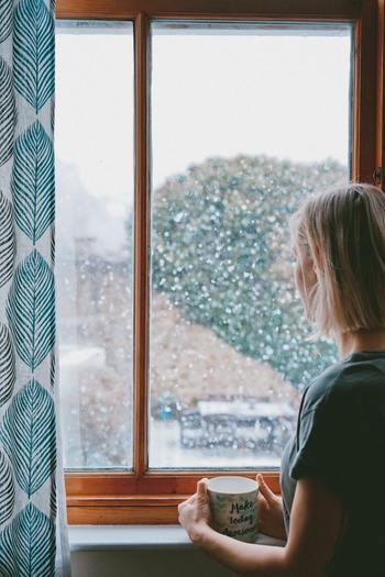 朝起きたときに、喉がカラカラになっていた、なんてことよくありますよね。もし空中に寒冷乾燥を好むインフルエンザウイルスが漂っていたら、感染するリスクが高まってしまいます。でも大丈夫!インフルエンザウイルスは高温多湿に弱いという性質も持ち併せているので、お部屋の環境を「温度20度以上、湿度50~60%」に保つように心がければ、予防できるのだそう。