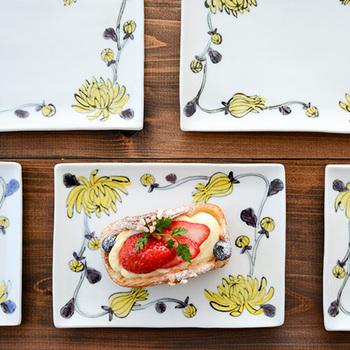 蚤の市で見つけたアンティークのような存在感で、テーブルを彩ります。ふんわりと優しい雰囲気でスイーツを包み込むような、ぬくもりのある一皿。 友人を招いた時などのティータイムに使いたいですね。