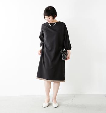 シンプルな黒のワンピースは、大人のセミフォーマルの定番アイテム。ただしシンプル過ぎるものだと少し重たい印象になってしまうので、裾に切替デザインが入っているタイプはおすすめです。袖もふわっとしたスリーブになっているので、着痩せ効果も抜群です♪
