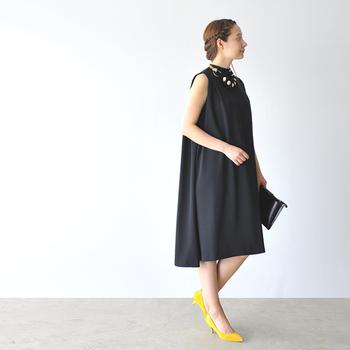 こちらは結婚式のお呼ばれにもおすすめな、ブラックのノースリーブドレス。大ぶりのネックレスとイエローのパンプスを合わせることで、黒のドレスでも華やかな印象を与えることができます。