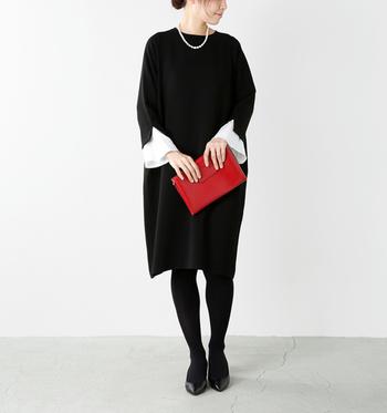こちらも一見シンプルな黒のワンピースですが、袖口から覗く白いフレアが素敵な印象の一枚です。黒ワンピースはどんな場面にも合わせやすいアイテムですが、TPOに合わせてバッグの色やシューズの色を変えることで、華やかにもブラックフォーマルにも活用できます。