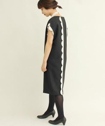 こちらも一見シンプルな黒のワンピースですが、袖と背中にレトロ感溢れるデザインが施されています。カジュアルな場へのお呼ばれには、これくらい遊び心のあるインフォーマルを楽しむのもおすすめです♪