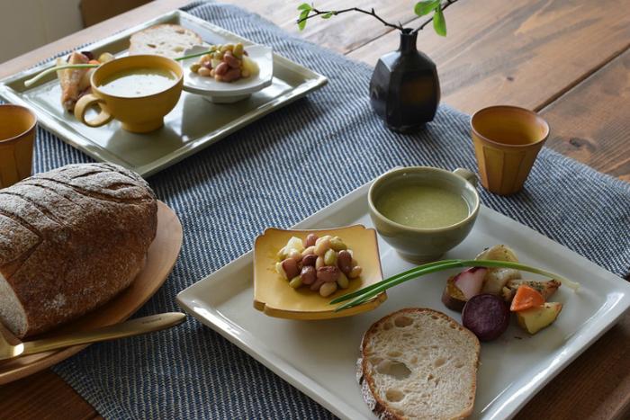 和食にも洋食にも合うシンプルな角大皿は、小皿やスープカップをのせて、一人分のワンプレートとして使うのもおすすめです。カラーは優しい乳白色の白磁と、やわらかい色調の青磁の2色展開。大皿としてもワンプレートとしても幅広く使える角大皿は、毎日の食事を豊かで楽しい時間にしてくれそうです。