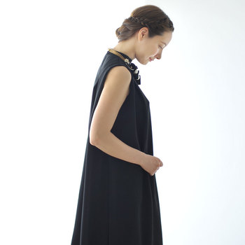 """""""フォーマルな服装""""と言われても、「それってどんな服装?」と疑問に感じてしまう方は多いはずです。大人の女性なら知っておきたいフォーマルの違いと、ドレスコードを守りつつちょっぴり個性をプラスした、大人のお呼ばれ服コーデをご紹介します。"""