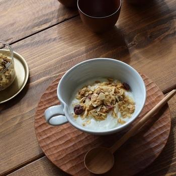 凛とした表情の白磁のスープカップは、和・洋問わずいろいろなお料理に活躍します。スープはもちろんのこと、朝食のヨーグルトやシリアル、フルーツボウルにもちょうどいいサイズ。また、適度な深さもあるので、お抹茶をたてて飲むこともできます。スープカップとしてだけではなく、鍋料理のすいとんやカレーの器など、様々な使い方が楽しめそうです。