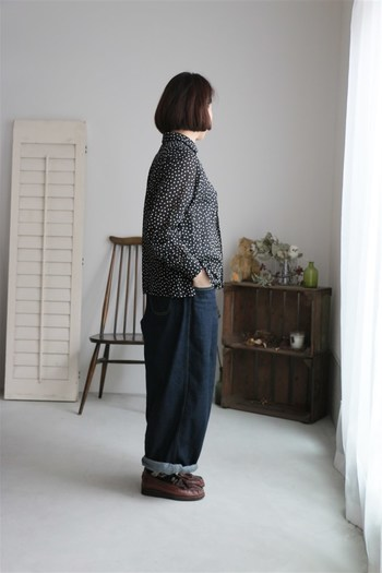 モノトーンのドット柄シャツは、どんなボトムスに合わせてもクラシカルな印象に。普段から履いているデニムパンツも、大人の女性らしさがグッとアップする気がしますね♪