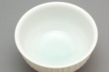 汲み出し茶碗は蓋付き・蓋なしの2種類が展開され、どちらもお茶の香りを楽しめる広口タイプのデザイン。スマートで洗練された急須とお茶碗は、食事の時間やティータイムを楽しくおしゃれに演出してくれそうです。