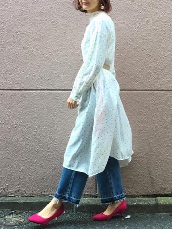 女性らしい印象の白シャツワンピにも、デニムパンツを合わせてカジュアルダウン。足元はビビッドなピンクのパンプスをプラスすることで、カジュアルになり過ぎない着こなしにまとめています。