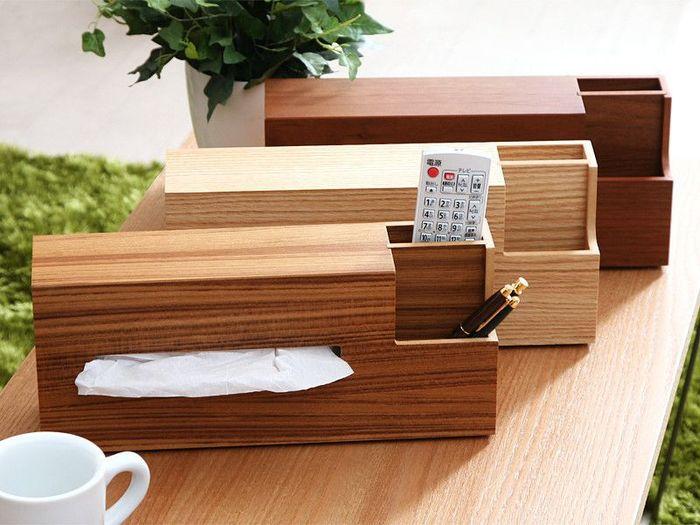 カラーバリエーションは、チーク、オーク、ウォルナットの3色。リモコンやペンなどを収納できるポケットも付いているから、リビングのテーブル用に一つあるとなにかと便利です。