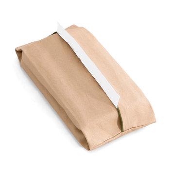 ふちに専用糸で細かい巻きロック加工を施してアクセントに。シンプルで柔らかな布製のティッシュケースだから、飽きが来ず長く使えそう。