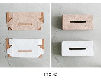 一枚紙のような平面の状態で届けられますが、折り目が付いているから組立はラクラク。ティッシュは箱ごと入れられる大きさなので、装着が簡単です。