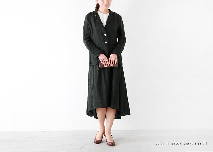 英国風のテーラードジャケット。襟元のワンポイントがいいアクセントに。