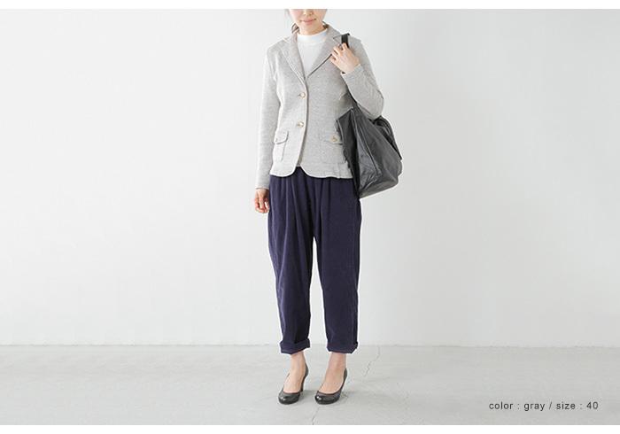 伸縮性のあるコットン素材のジャケット。コンパクトなサイズ感と明るいグレーでどんな服にも合いそうです。