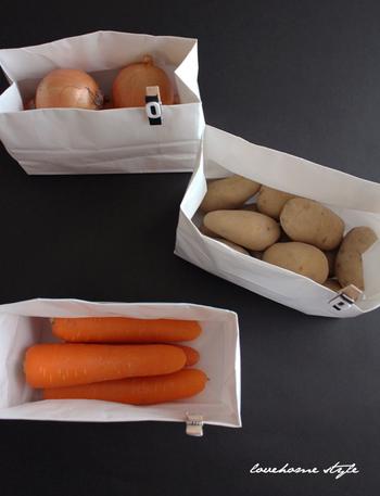 日々のお料理作りに欠かせない存在、じゃがいも、人参、玉葱は、常備しておきたいお野菜。冷蔵庫に入れるとかさばるのが難点ですよね…そこで、こちらのブロガーさんは、100円ショップの白いショッピングバックを活用して常温保存しているそうです。