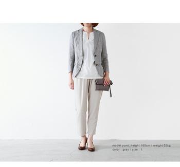軽くて気楽に羽織れるリネン素材のジャケット。素朴な風合いがこなれ感のあるスタイルにしてくれます。