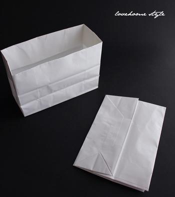 持ち手の部分をカットし、内側に2回折ってケース状に…。これなら、冷蔵庫のスッキリ収納にも繋がりますね。