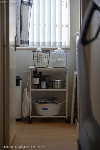 こちらのブロガーさんは、液体の洗濯洗剤の他に粉の洗剤も常備し、汚れによって使い分けているそうです。粉の洗剤は、お洒落なガラス容器に入れてストック。ランドリースペースがお洒落にキマると、日々のお洗濯の時間も楽しい時間になりそうですね♪