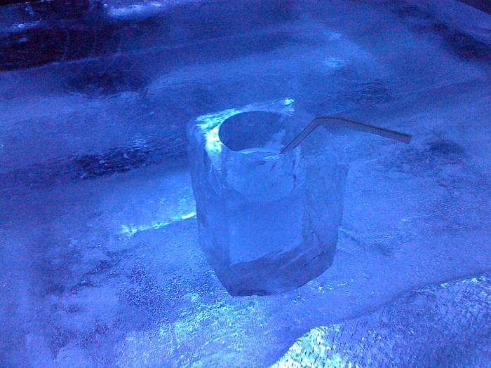 アイスビレッジは全てが雪や氷で作られています。こちらは「氷のバー」。氷のバーカウンターでは氷のグラスでドリンクをいただきます。