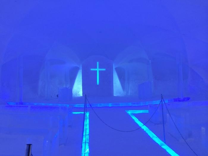 幻想的な氷の教会もあり、実際に挙式が行われます。セレモニー後には花火が打ちあがりますので、ぜひご一緒にお祝いしてくださいね。