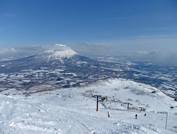 """北海道の冬と言えば、ウインタースポーツは外せません。ニセコには4つのスキー場があり、世界でも有数のパウダースノーを求めて、外国からも観光客が多く訪れています。そして、この絶景!""""蝦夷富士""""と呼ばれる羊蹄山を眺めながらの滑走は素晴らしいの一言に尽きます。"""