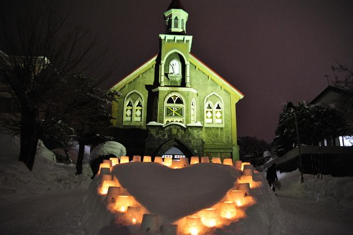 富岡教会ではキャンドルでハートのモニュメントを。ぜひカップルで訪れたいですね。教会の中もキャンドルが飾られていますよ♪