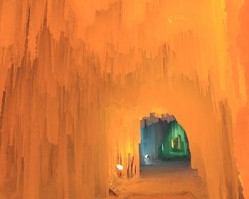 建造物の中はこんなに神秘的な風景。氷の芸術ですね。氷の滑り台や氷でできた「氷瀑神社」などもあります。