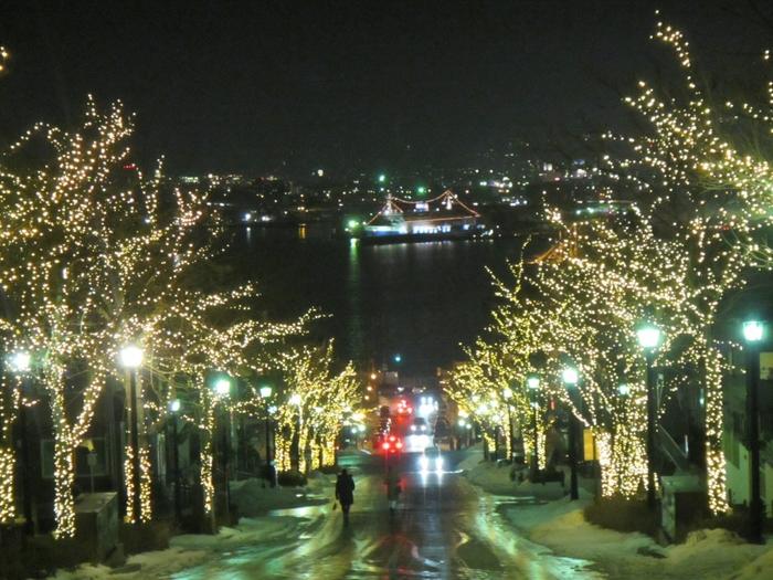 冬の函館はロマンチックな街がイルミネーションでライトアップされて、さらにロマンチックになります。観光名所である八幡坂もイルミネーションで彩られて素敵ですね。