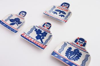 岡山県倉敷市を拠点に活動している雑貨メーカー《倉敷意匠》と、型染めユニット《katakataa(カタカタ)》がコラボ!こちらは、印判手でつくられた『こけしの豆皿』です。明治時代以降に発達した印判手の技術で、あえて絵柄にカスレやにじみ・色抜け・色ムラにこだわりつくられました。
