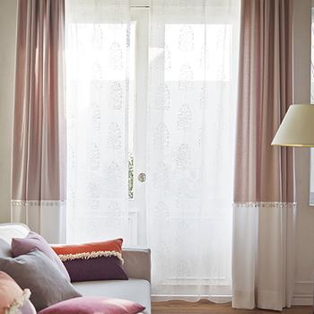無地一色のカーテンでは単調だけれど、柄も使いたくないという時におすすめなのが二色使いのボトムボーダーのカーテン。単調なインテリアに変化をもたせたいときには、程よいアクセントになります。