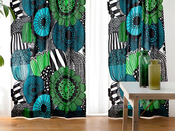 大胆な柄のカーテンなら、家具はシンプルに。カーテンのアクセントカラーを家具や雑貨に反映させると統一感がでます。