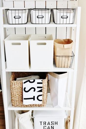 家の中って、よ~く探すと、意外と隙間スペースがあるもの。そんなスペースを利用して、パントリー風に棚を作ってもGoodです。かごやボックスを並べて棚をオープンなパントリーに。ナチュラルな優しい感じで素敵ですね♪