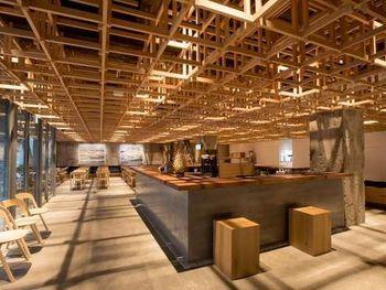 「KUMU 金沢」という名前だけあって、木が組まれた天井がなんともおしゃれ!たっぷり広さを取ったカウンターまわりは、ロビーではなく、誰でも利用できるシェアスペース。「金沢の伝統文化を受け継ぐための場所」として、加賀蒔絵や茶道、和菓子など様々な文化体験ができるワークショップを随時開催されています。日本文化の奥深い魅力に触れられるとあって、外国人観光客にも人気です。