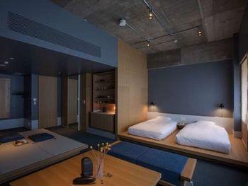 ドミトリーがメインの「HATCHi 金沢」とは異なり、「KUMU 金沢」のお部屋タイプは個室のみ。茶会もできる炉が切られた畳敷きのタイプから、2段ベッドのタイプまで全6種のお部屋を備えていて、お一人様からグループ旅行まで幅広く利用できます。シェアスペースのみならずお部屋のなかにも、いたるところに伝統美が息づいていますよ。