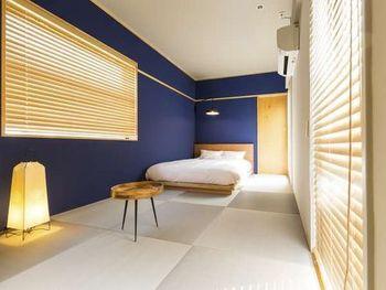 お部屋は、相部屋となる2段ベッドのドミトリーが主体で、約4000円~とリーズナブル。ドミトリーといっても、女性専用ルームがあるうえ、鍵付きロッカーやベッド下の収納といった設備が充実。女性一人旅でも安心して宿泊できますよ。宿泊費を安く抑えられた分、食事や観光で少し贅沢できますね。 ちなみにこのような畳敷きの個室も。気が置けない仲間との時間を大切にしたい方は、ぜひこちらへどうぞ♪