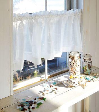窓の下半分だけを覆うカーテンのスタイルをカフェカーテンと呼びます。突っ張り棒で簡単に設置することも。もう少しモダンな雰囲気にしたければロールカーテンにしてもよいですね。