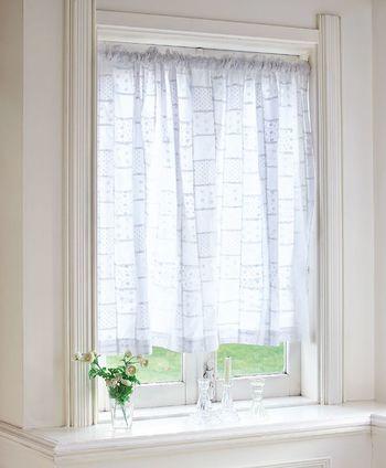 小花がらの刺繍がはいった白いカーテンは、清潔感あふれる明るい雰囲気の窓辺に。自然な光を通し明るいリビングを作ります。刺繍の花柄が光にすけてほんのり影になるのも可愛らしい。