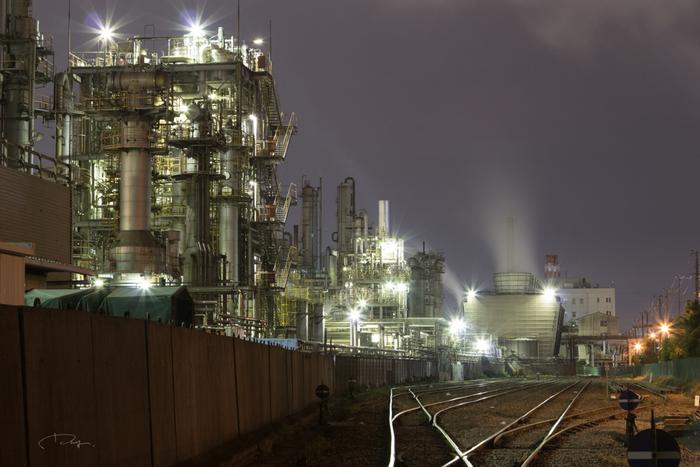 千鳥町の貨物ヤード前での工場夜景は、川崎市を代表する工場夜景です。光り輝く工場群の魅力を貨物路線の駅が引き立てており、千鳥町の貨物ヤードはいつも大勢の観光客で賑わっています。