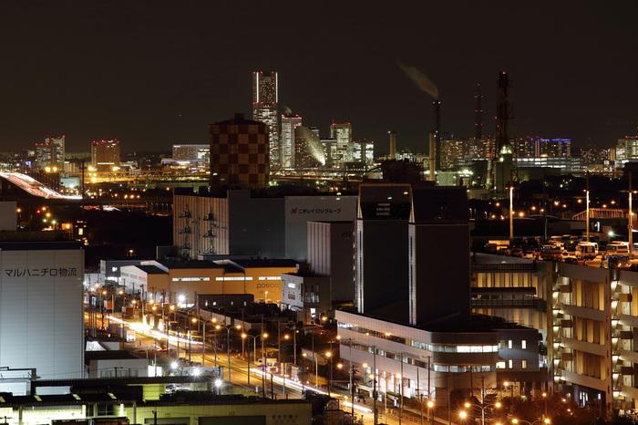 川崎マリエン展望台からは、工場だけでなく、倉庫群、遠方には市街地の夜景までをも見渡すことができます。