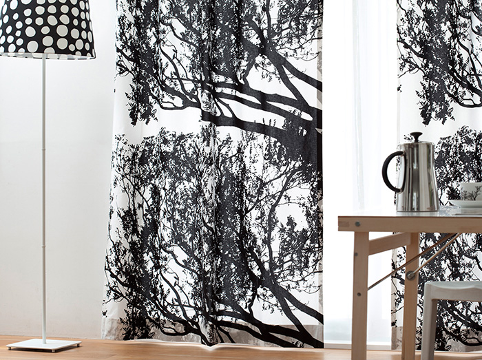 大胆な北欧プリントのカーテンは、お部屋をアートな空間に変えてくれます。カーテンにインパクトがあるので家具はシンプルに。