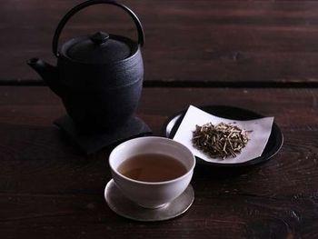 宿泊者には24時間いつでも好きな時に、金沢のお茶「加賀棒茶」をいただけるという嬉しいサービスが。棒茶はほうじ茶の一種ですが、茶葉を焙煎したほうじ茶とは違い、茎を焙煎したもの。芳しい香りとすっきりとした味わいを楽しめますよ。 ライブラリースペースもあるので、お茶を片手に、ゆっくりと読書を愉しんでみてはいかがでしょう。雨の日なら、極上ですね。