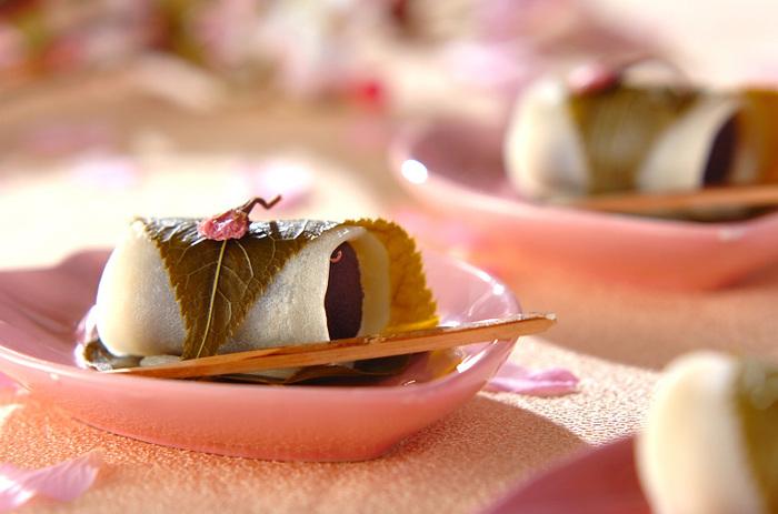 薄力粉と白玉粉をあわせた生地をフライパンで焼いて巻く、関東風の桜餅。生地に焼き色がつかないように、サッと焼き上げるのがポイント。もっちりした生地と桜の葉の塩気が絶妙です。